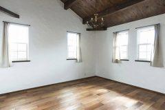板貼り勾配天井の寝室