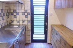 床と同じクルミ材のキッチンとバックボード