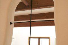 階段横の袖壁に入れた十字の飾りアイアン