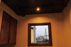和室の木製回転窓