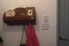 廊下の飾り棚、その横には陶器製のアメリカンスイッチ!