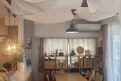 お好みの照明器と飾り棚。うづくりの付梁もアンティーク感が出ています。