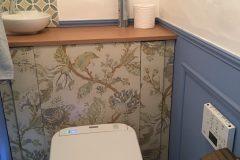 奥様が用意された壁紙をキャビネットに貼りつけました。モールディングを施した腰壁はお好みのブルーで仕上げました!
