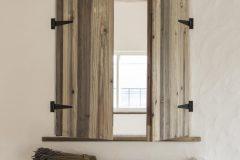 寝室から見下ろす小窓に造作開戸と花台