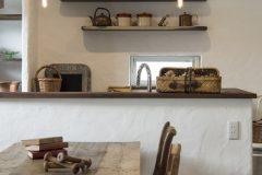 ダイニング側から見たキッチン背面の飾り棚