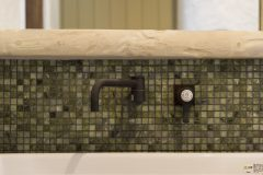 造作洗面台、モザイク石タイルとアンティーク調の水栓