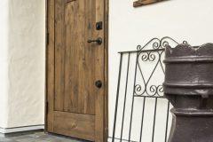 木製(アルダー)の玄関ドアと木サッシ(トリプルガラス)
