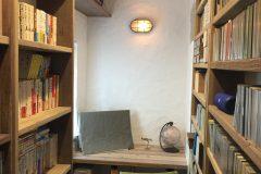 リビング奥に設けた、ご主人の書斎、両サイドには本棚やCDなどの収納スペース