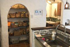 キッチンの横に使いやすさと収納力を兼ねたパントリー
