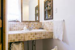 石材の造作洗面台とアンティーク家具を壁面に埋め込みました