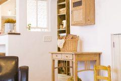 リビングの造作収納と配置されたアンティーク家具