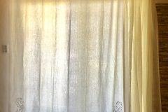 アンティークリネンの刺繍と透かしの柄の部分をカーテンの裾にあしらって シンプルに大人の雰囲気に仕上がりました