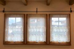 フランスのチュールレースを窓の大きさに合わせてリメイクしてカフェカーテンにしました なるべくカフェカーテンをかけるレールが目立たないようにとアイアンのパイプを加工して 木製窓に取付ました