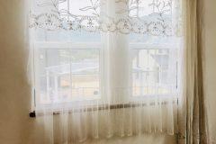 フリル、刺繍が入ったアンティークチュールレース、住宅街でも日中の窓辺を 楽しめます