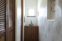 トイレ横の突き当りに、明り取りの小窓と手洗を設けた