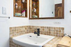 石タイル貼りの造作洗面台