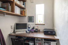 二帖の広さの書斎と造作本棚