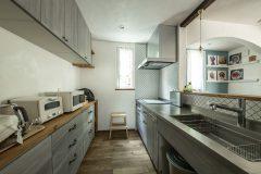 I型キッチンと背面の収納(オリジナル塗装)