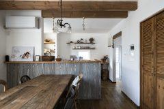 キッチンの腰板はライトグレーのオイルで塗りました