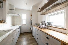 キッチン背面の収納と飾り棚